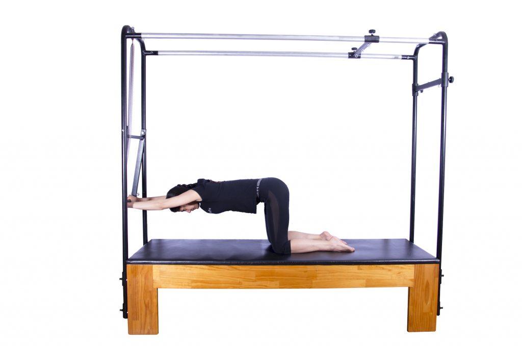 mulher realizando exercício no cadillac pilates