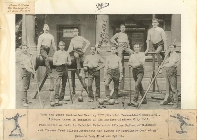 Foto do pai de Joseph Pilates junto a amigos em um clube turnverein