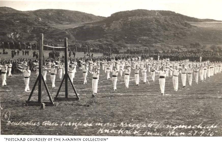 Exercícios de ginástica alemâ  no campo de detenção de Knocklaoe que mostra a Influência alemã nas aulas de pilates