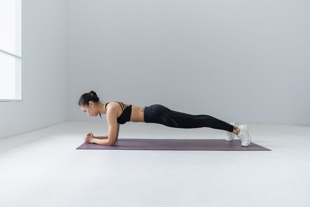 Mulher praticando pilates contemporâneo em casa