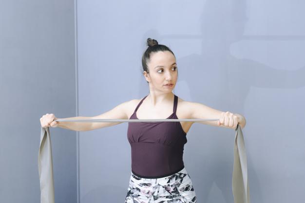 Mulher segurando faixa elástica