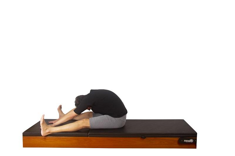 Exercício spine stretch de pilates, postura 2