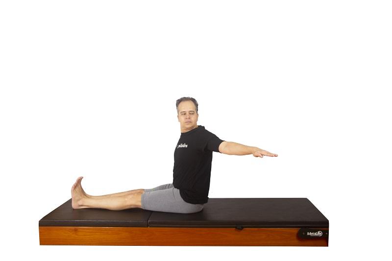 Exercício spine twist de pilates, postura 4