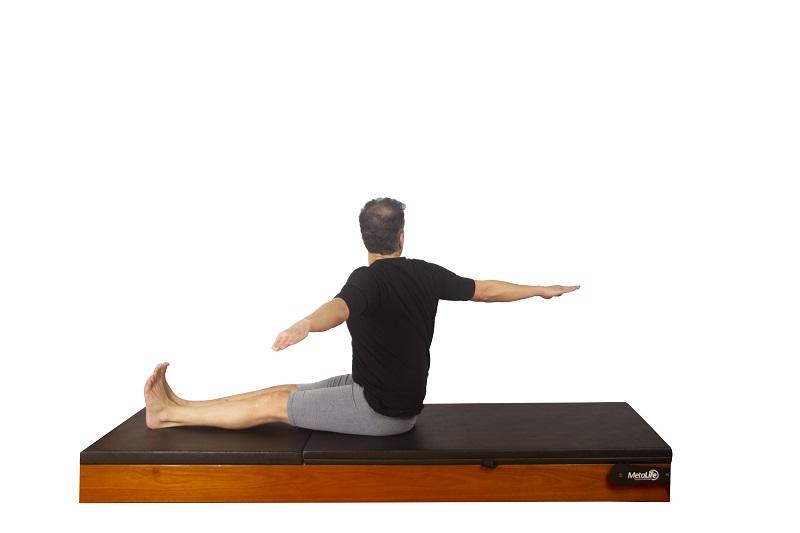 Exercício spine twist de pilates, postura 2