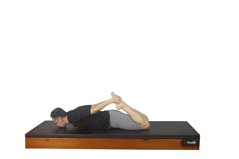 Exercício rocking de pilates, postura 2