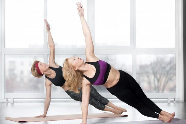 Mulheres de terceira idade realizando exercício de pilates mat