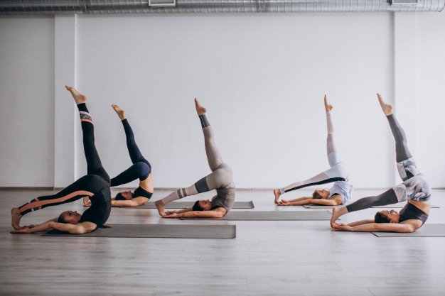 Mulheres realizando aula do método pilates