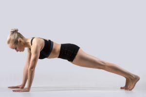 Mulher realizando exercício push up do método pilates