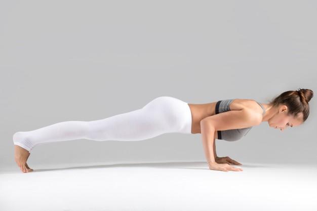 O que é pilates? Mulher realizando exercício push up de pilates.