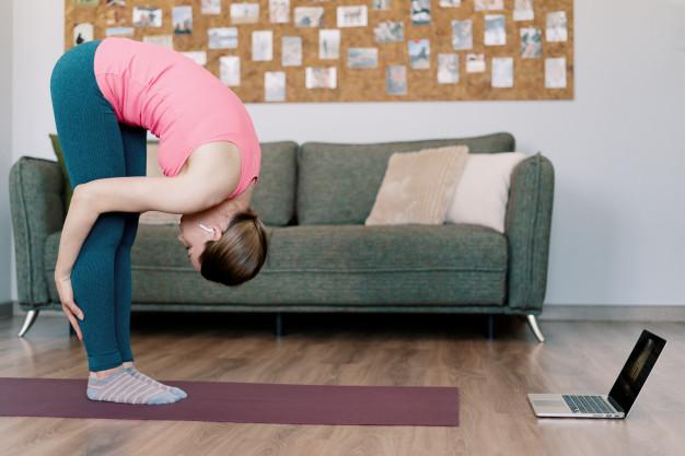 Mulher realizando aula online de pilates