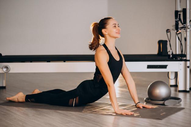 Mulher realizando exercício de pilates para tratamento da asma