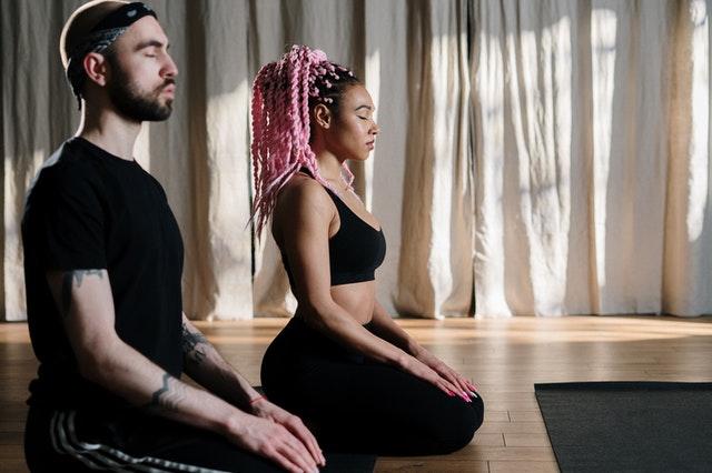 Quais são as principais diferenças entre pilates e yoga